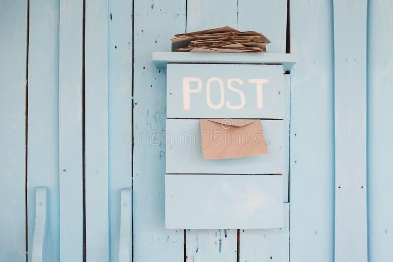 Skrzynka pocztowa z listami w rocznika stylu na drewnianym błękitnym tle obraz royalty free