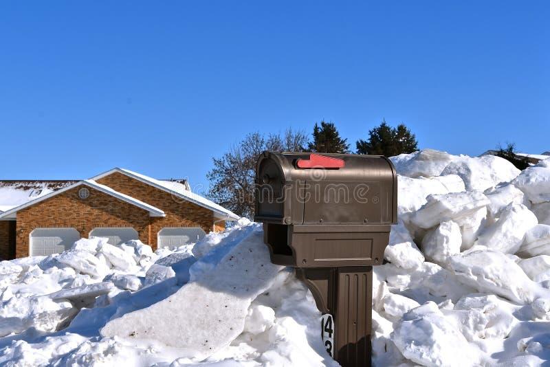 Skrzynka pocztowa zakopująca w głębokich chuckach śnieg zdjęcie stock