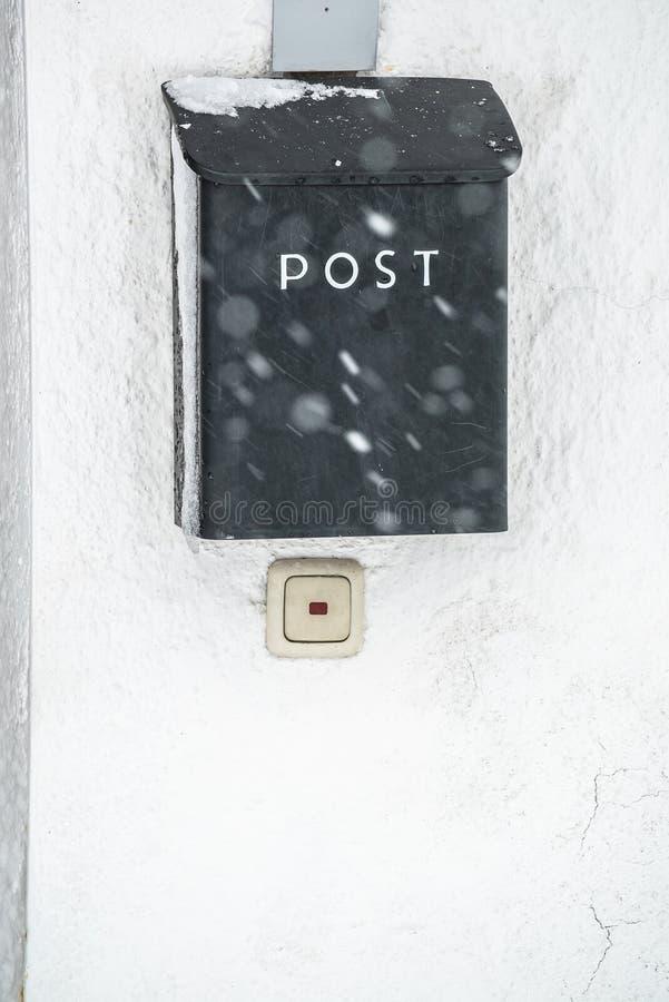 skrzynka pocztowa zakrywający śnieg Zima śnieg nakrywa skrzynkę pocztową Śnieżny chaosu i katastrofy ostrzeżenie w Bavaria Niemcy fotografia stock