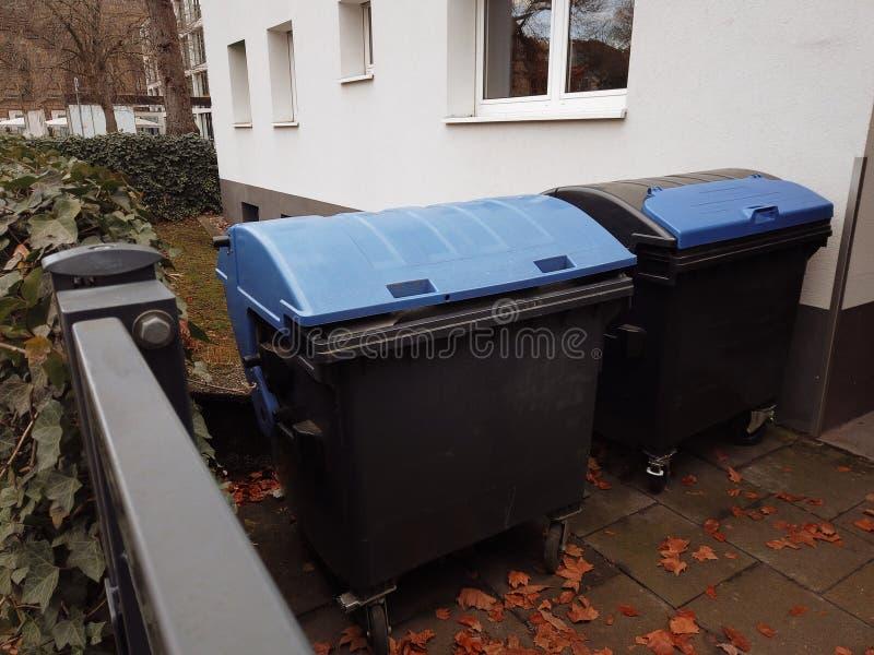 Skrzynki na śmieci zainstalowane na ulicy do oddzielnej zbiórki śmieci obraz stock