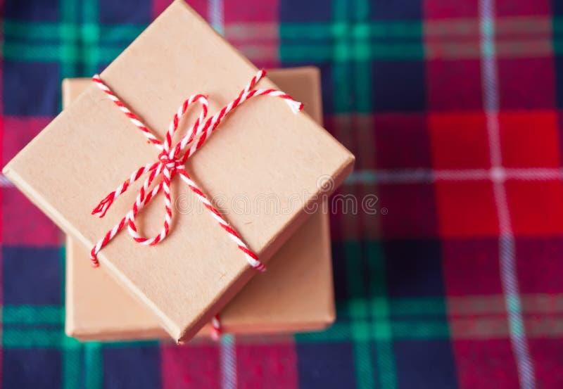 Skrzynki na prezent świąteczny na checkered plaid zdjęcie stock