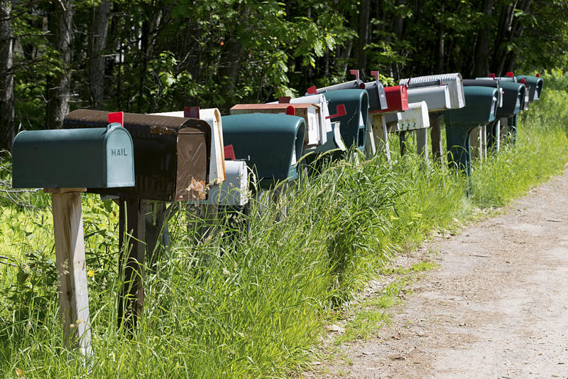 Skrzynki pocztowa na kraju pasie ruchu zdjęcia royalty free