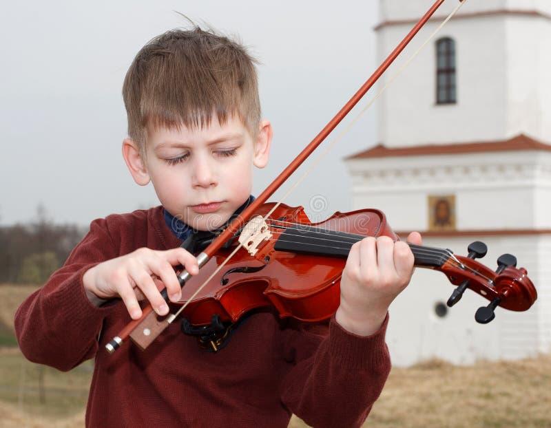 Skrzypaczki młoda chłopiec outdoors obraz royalty free