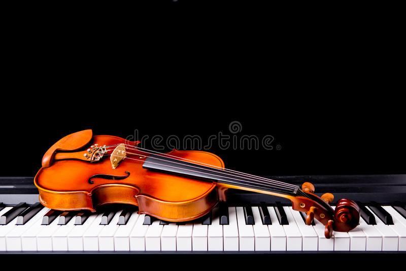 Skrzypce na pianinie zdjęcia royalty free