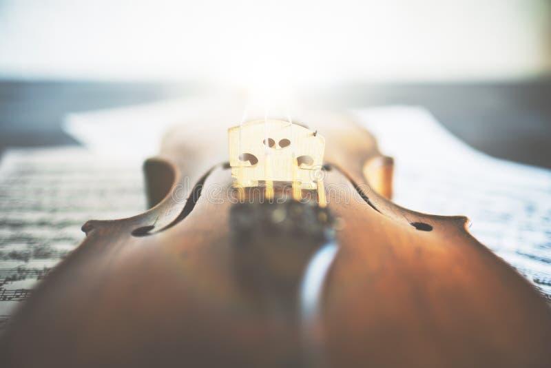 Skrzypce umieszczający na muzycznych prześcieradłach zdjęcia royalty free