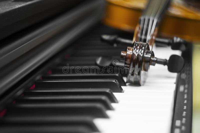 Skrzypcowi pianino klucze na tle zdjęcia royalty free