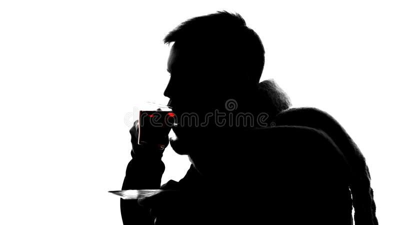 Skugga av den sjuka mannen som dricker varmt te på vit bakgrund, virus, smärtar i hals royaltyfri fotografi