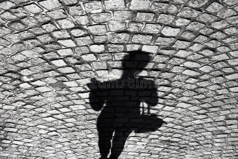 Skugga av en kvinna på den gamla lappade vägen royaltyfri bild