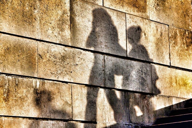 Skugga av en moder och en son på en vägg royaltyfri fotografi