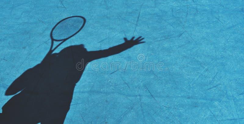 Skugga av kvinnatennisspelaren som tjänar som bollen arkivfoton