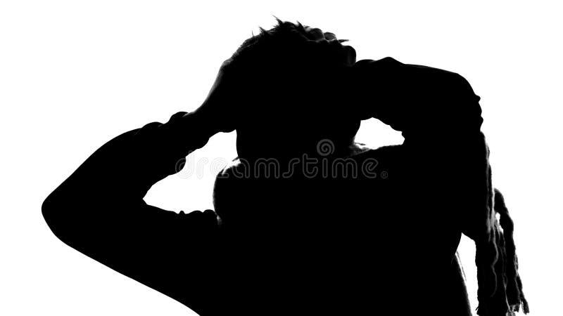 Skugga av lidande för ung man från huvudvärken, hög temperatur, migrän, feber royaltyfria foton