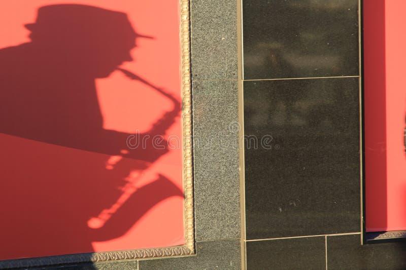 Skugga av saxofonspelaren royaltyfri fotografi