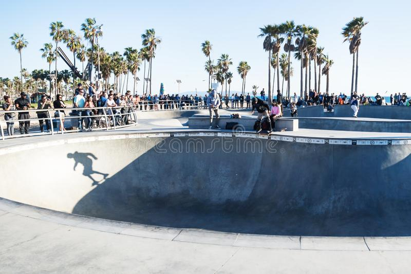 Skugga av skateboradåkaren i halfpipe på Venedig strandskatepark, Venedig strand, Los Angeles, Kalifornien fotografering för bildbyråer
