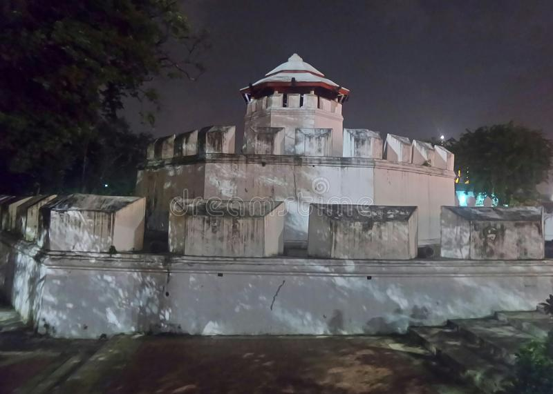 Skugga av trädet på väggen för Phra Karn fortvit royaltyfri fotografi