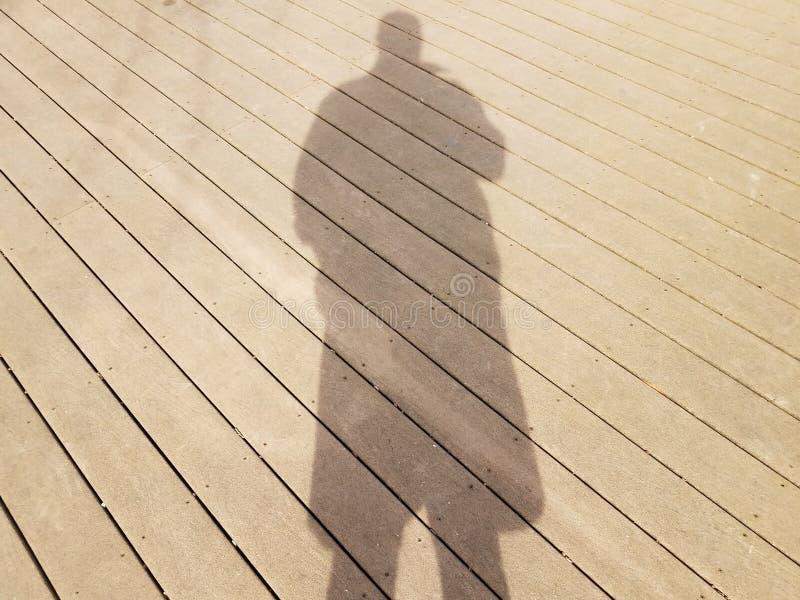 Skugga eller kontur av mannen på trädäck royaltyfri foto