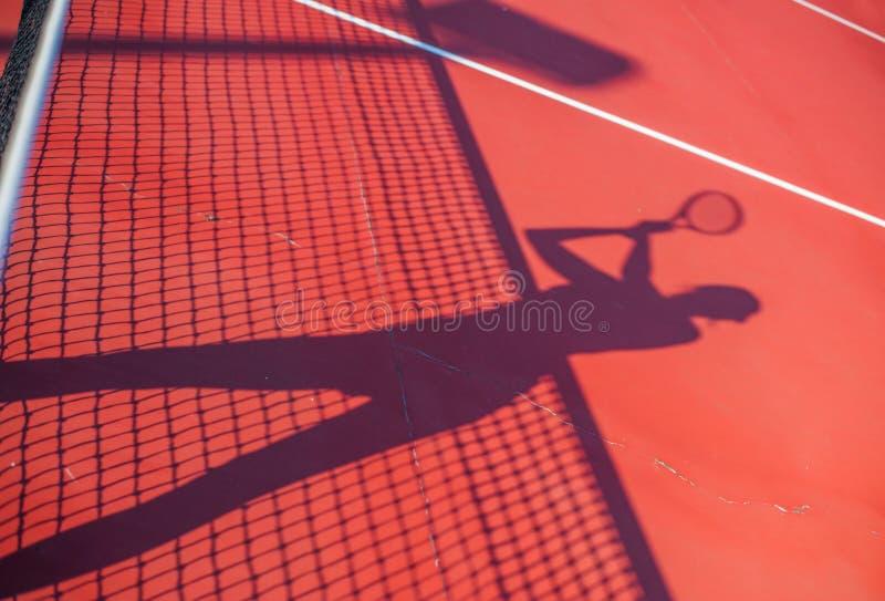 Skugga för tenniskonkurrensbegrepp av kvinnan royaltyfri bild