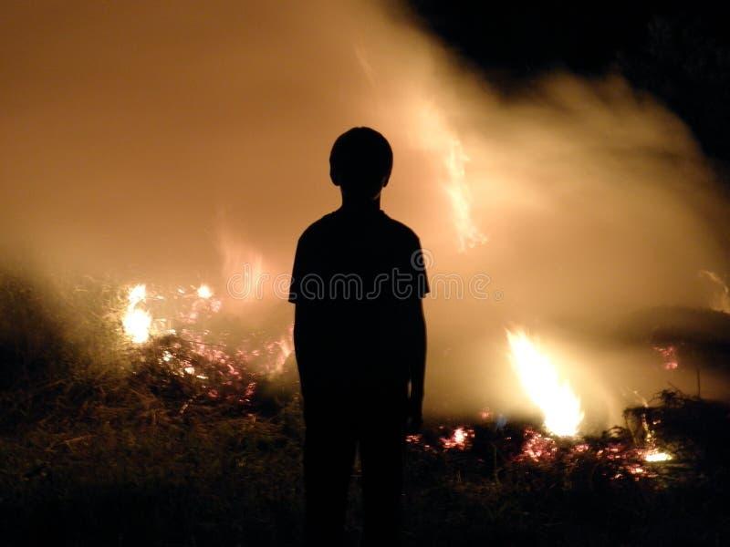 Skugga på brand arkivbilder