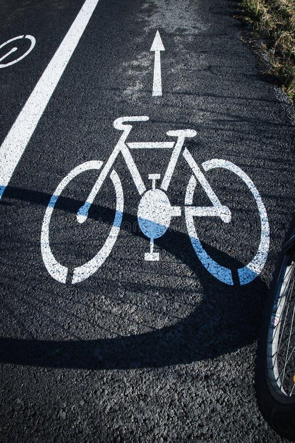 Skuggacykelhjul på vägen royaltyfri foto