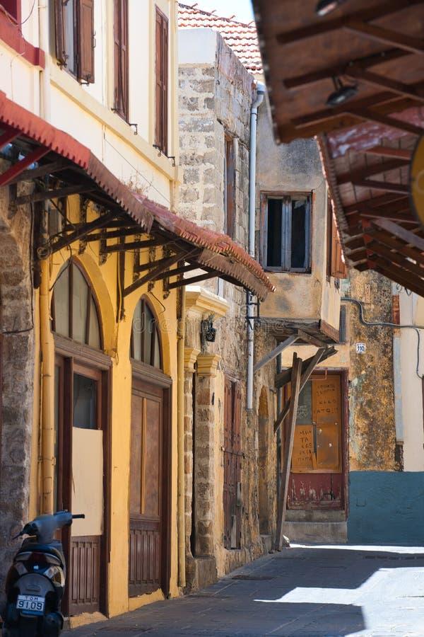 Skuggad aveny i staden av Rhodes arkivfoto