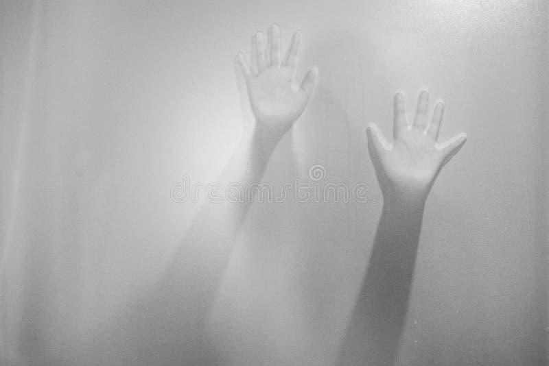 Skuggahänder av kvinnan bak frostat exponeringsglas Oskarp handabstr arkivbilder