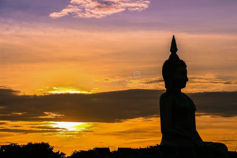 Skuggan av placerade buddha i aftonsolnedgång royaltyfria bilder