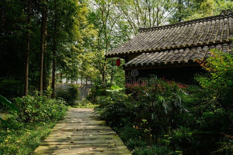 Skuggig planked bana för kinesisk gammal byggnad i solig höst arkivbild