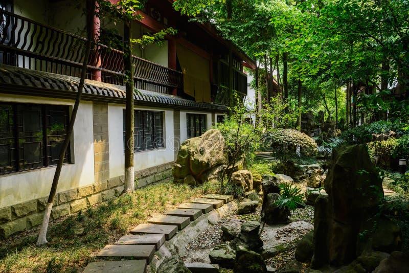 Skuggig stenhällbana för kinesiska traditionella byggnader i sol royaltyfria foton