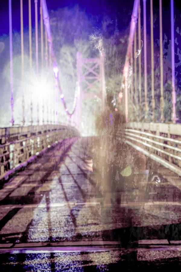Skuggigt diagram som går på den defocused bron fotografering för bildbyråer