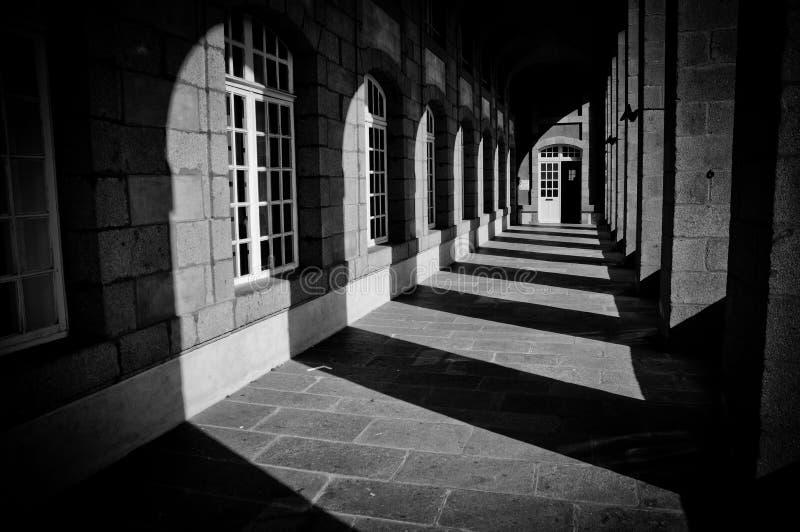 Skuggor och kolonner i historisk arkitektur fotografering för bildbyråer
