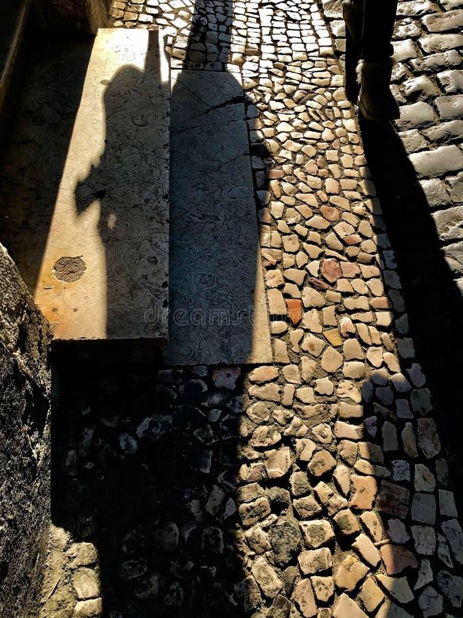Skuggor texturerar i Lissabon gator royaltyfria foton