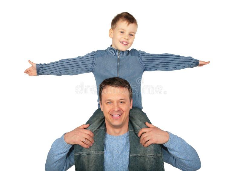skulder för fader s sitter sonen royaltyfria bilder