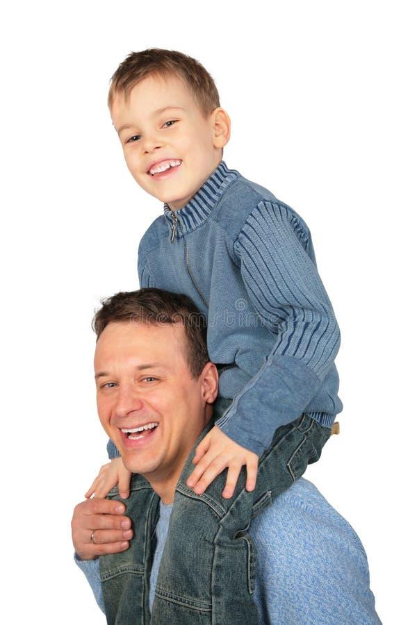 skulder för fader s sitter sonen arkivbild