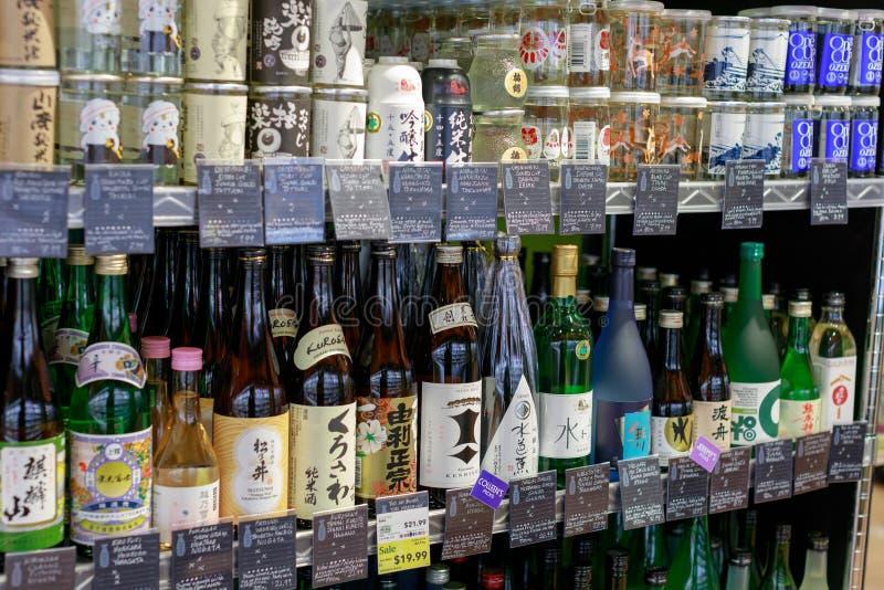 Skull japansk drink på skärm i den Whole Foods marknaden, i stadens centrum Portland royaltyfri fotografi