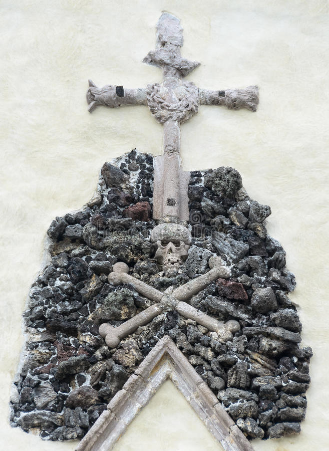Free Skull On A Pile Of Stones On Which Rests A Cross. Royalty Free Stock Photo - 61386855