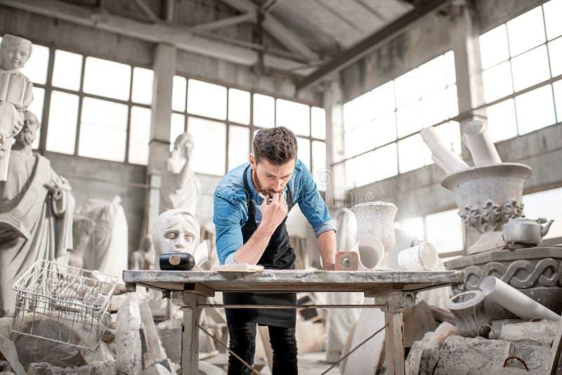 Skulptör som arbetar i studion royaltyfria bilder
