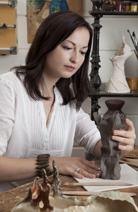 Skulptör som fungerar med lera arkivbilder