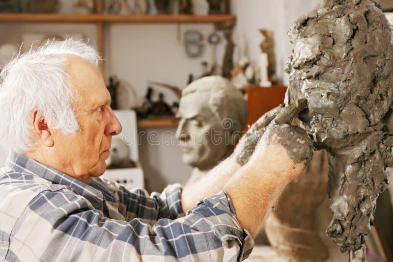 Skulptören arbetar på skulpturnäsa arkivbild