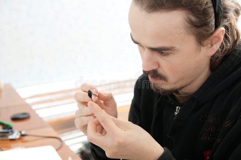 Skulptörkonstnärman som gör den handgjorda miniatyrplast- leksaken, hobby för husgarneringhantverk, dekorskapelse royaltyfri bild