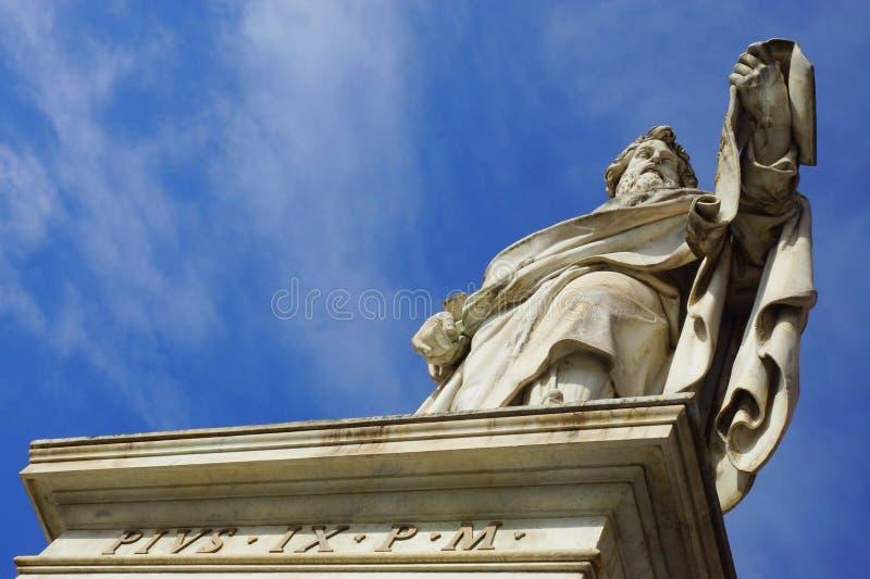 Skulptera framme av domkyrkan av St Peter, Rome, Italien royaltyfria foton