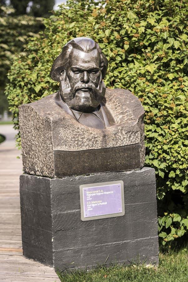 Skulptera Karls Marx stående i parkera Muzeon, granit Skulptör S Merkurov arkivfoton
