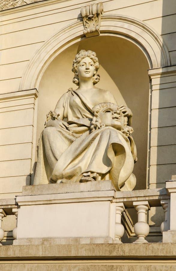 Skulptera komedi, på fasaden av byggnadsopera- och balettteatern i Lviv fotografering för bildbyråer