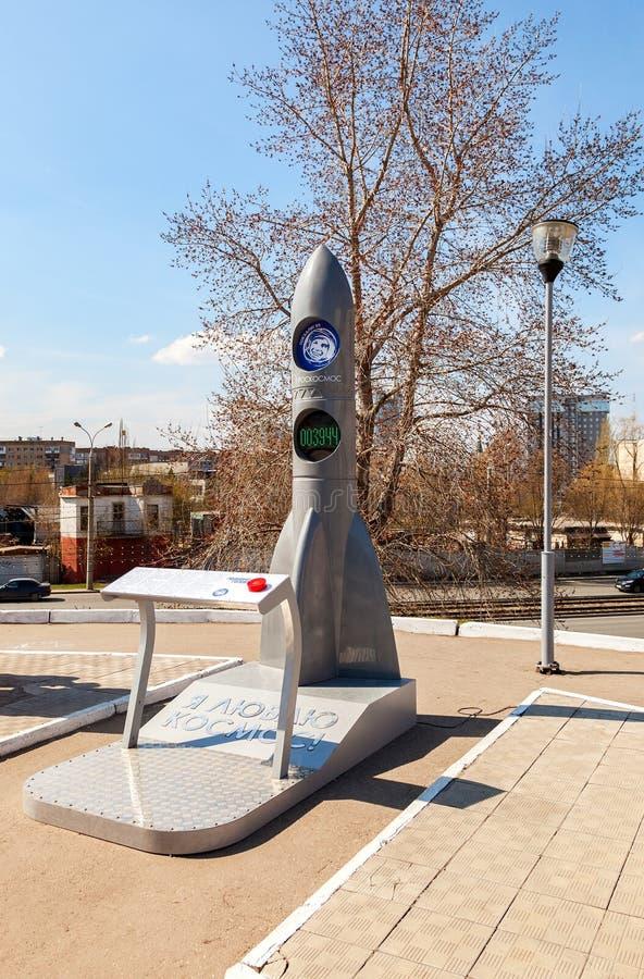 Skulptera modellen av raket nära museet och utställningmitten royaltyfri foto