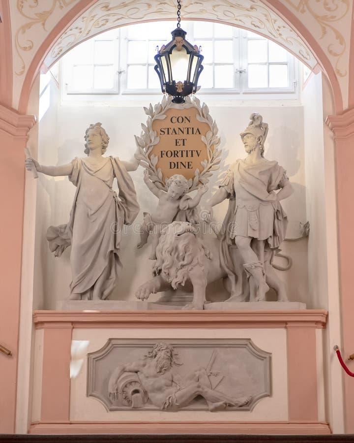Skulpterad grupp med motto av kejsaren Charles VI, inom den Melk abbotskloster royaltyfri bild