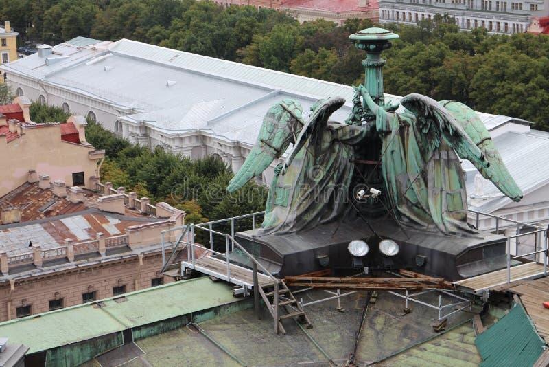 Skulptur auf Dach von ` s St. Isaac Kathedrale, St Petersburg lizenzfreie stockfotos