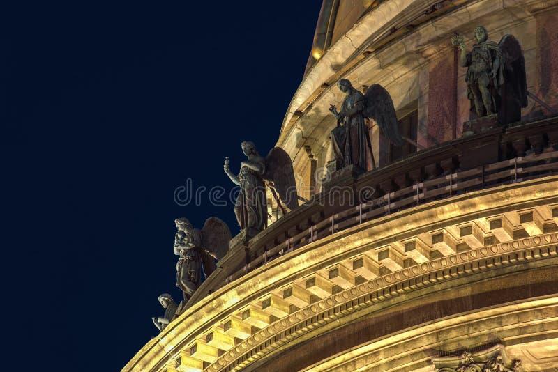 Skulptur auf dem Dach der stIsaac Kathedrale in St Petersburg lizenzfreies stockfoto