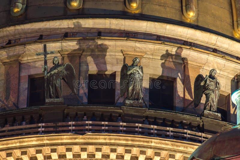 Skulptur auf dem Dach der stIsaac Kathedrale in St Petersburg lizenzfreies stockbild