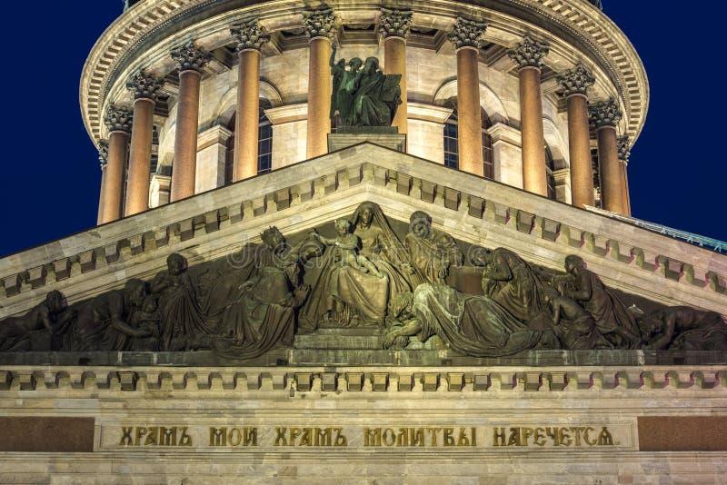Skulptur auf dem Dach der stIsaac Kathedrale in St Petersburg stockfoto
