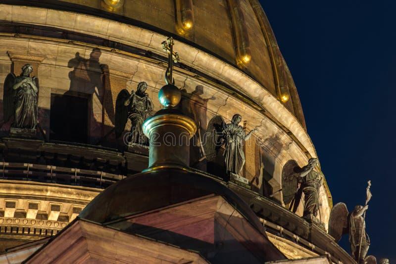 Skulptur auf dem Dach der stIsaac Kathedrale in St Petersburg lizenzfreie stockfotos