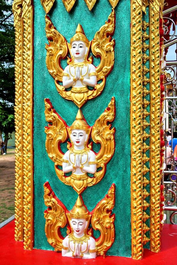 Skulptur av ängeln på en pol i en tempel i Thailand arkivfoto