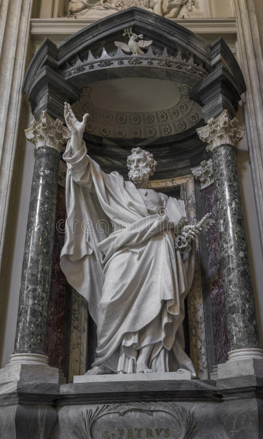 Skulptur av aposteln San Pietro St Peter i basilikan av St John Lateran i Rome arkivfoton